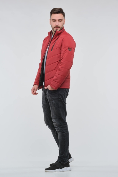Чоловіча червона демісезонна куртка.
