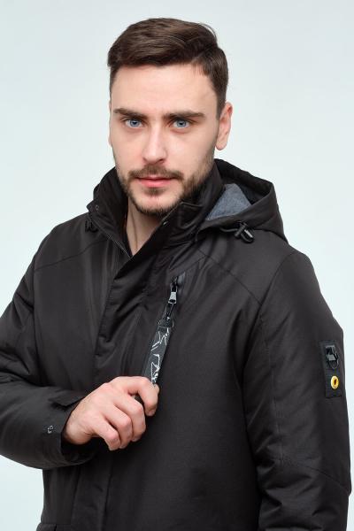 Чоловіча чорна куртка середньої довжини з капюшоном.