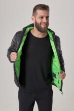 Куртка чорного кольору з капюшоном, підклад салатовий