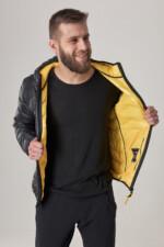 Куртка чорного кольору з капюшоном, підклад жовтий